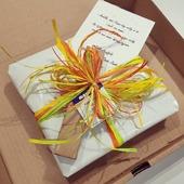 Hoe strenger de maatregelen, hoe vrolijker onze strikjes. 🎁🌈🎀  Cadeautjes rechtstreeks naar iemand versturen, met persoonlijk kaartje? Ook dat doen we met veel plezier 🙃  #proficiat #knuffelsvanuitonskot #moutonaalst #cadeautje #kleurtjedag