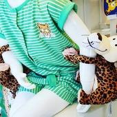 Links en rechts iets dat aan je armen hangt, terwijl je probeert te werken. Het leven zoals het is: thuiswerken-met-kleine-kinderen.💚 . Of ook gewone hele leuke pyjama en knuffels met plak-velcro-pootjes. 😉 . #knuffelvanuitonskot #ikkooplokaal #nieuwe #etalage