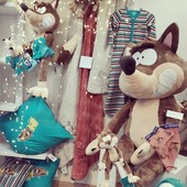 Kussengevechten! Plaids! Knuffels, grote én kleine (en ook nog een allerlaatste extra-large wolf)!  Kerstvakantie. Hoe maak jij het extra gezellig? 🛋️🤶🎄  #staysafeandcosy  #kussengevecht  #woodyworldofficial  #moutonaalst